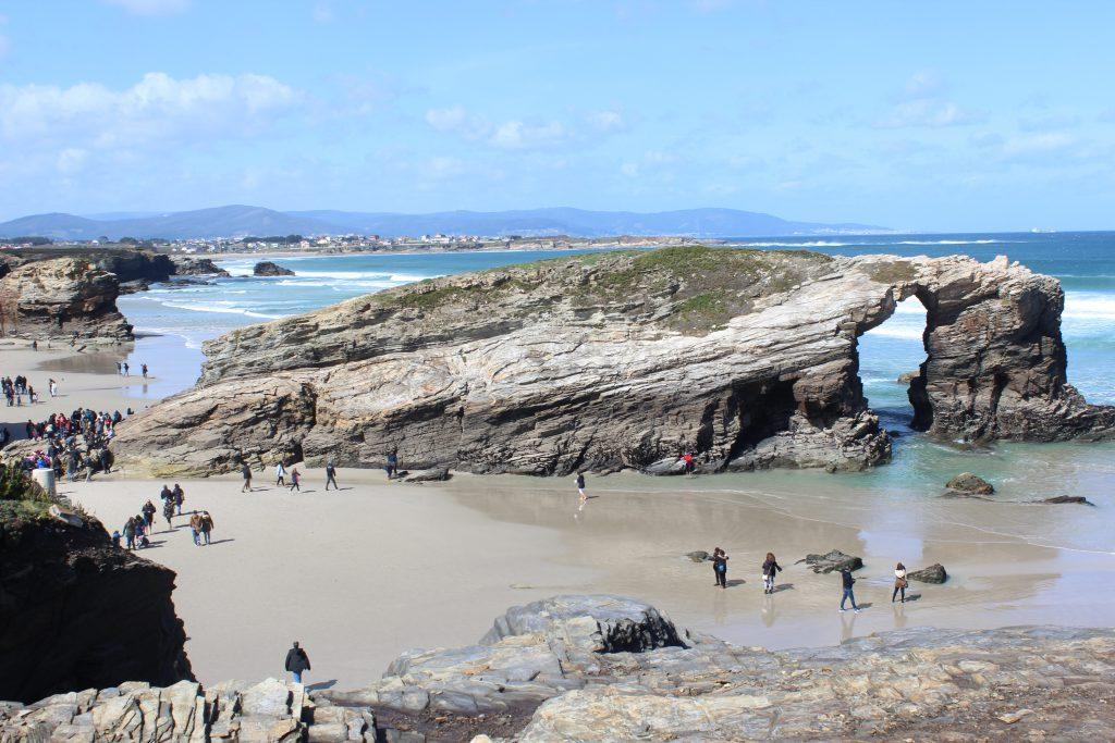 Arco de la Playa de Las Catedrales en un día soleado.